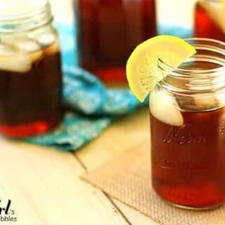 mason jars of iced tea with slices of lemon