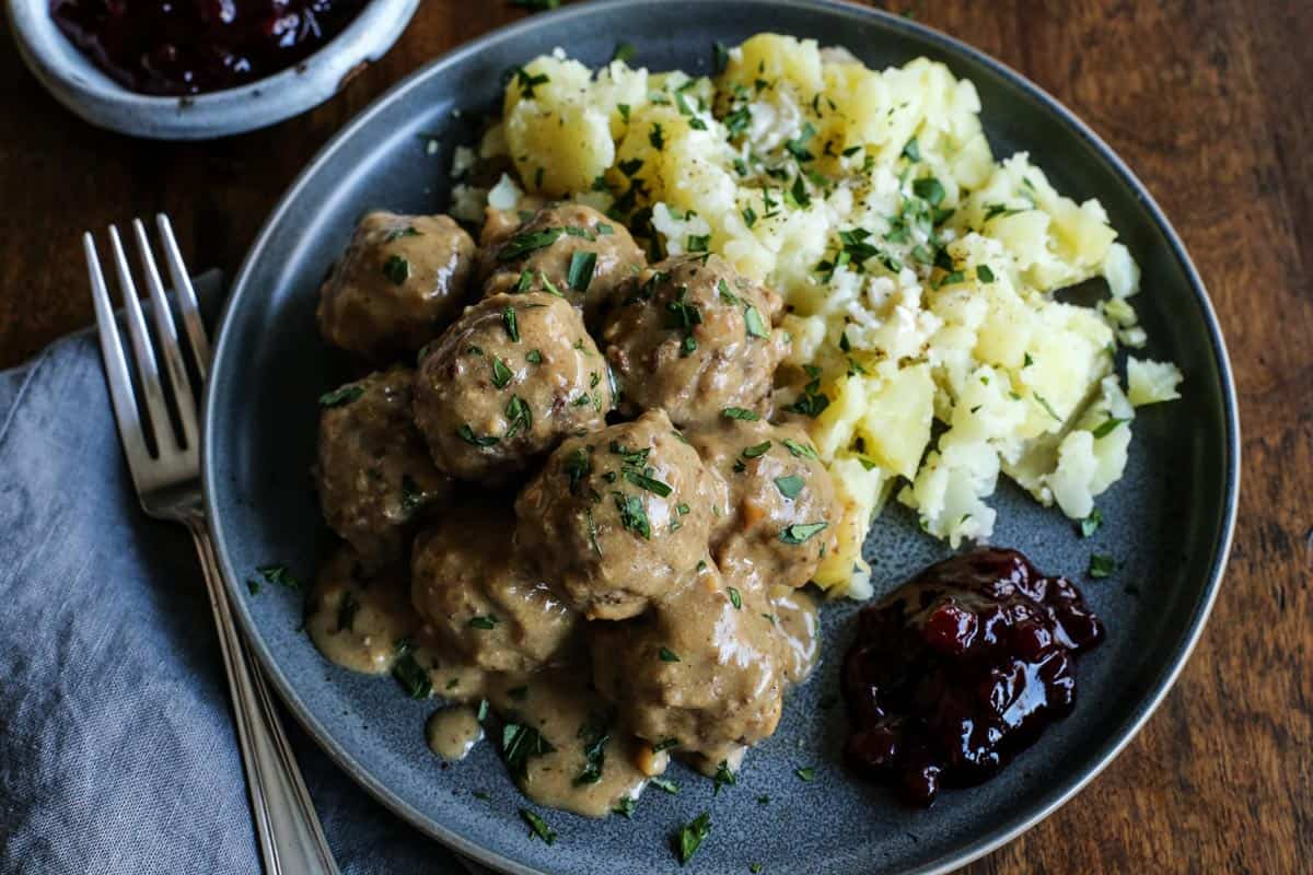 meatballs with gravy and potatoes