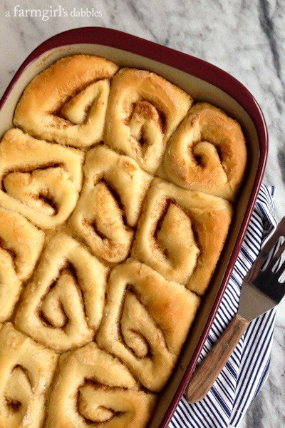 a pan of baked rolls without caramel sauce
