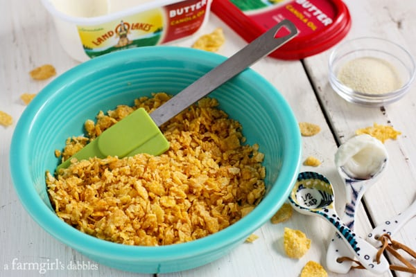 Make-Ahead Cheesy Hash Brown Cups with Bacon and Chives from afarmgirlsdabbles.com #kitchenconvo