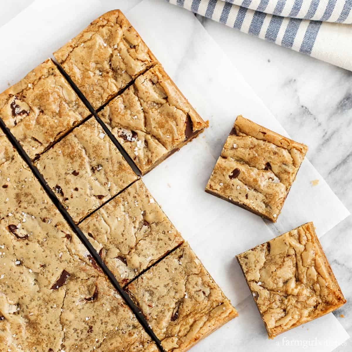 One-Bowl-Almond-Chocolate-Chunk-Blondies-with-Sea-Salt_AFarmgirlsDabbles_AFD-4-sq