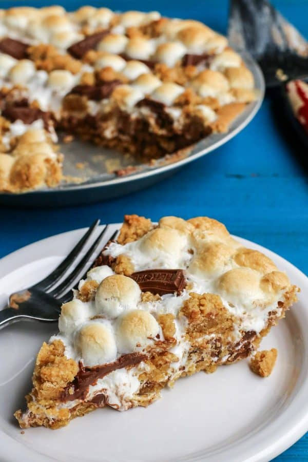 S'mores Pie from afarmgirlsdabbles.com - This s'mores recipe is gooey and chocolatey and utterly delicious. Enjoy the flavors of your favorite summertime treat any time of year. No campfire required! #smore #smores #chocolate #marshmallow #pie #grahamcrack #graham
