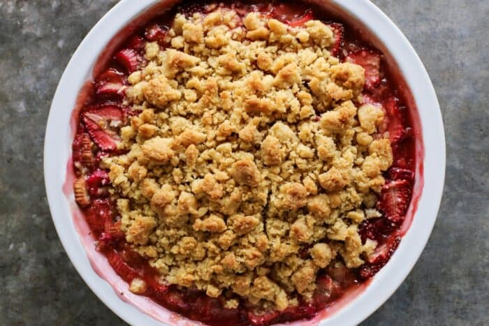 strawberry rhubarb filling plus a crunchy, buttery crumble in a white pie plate